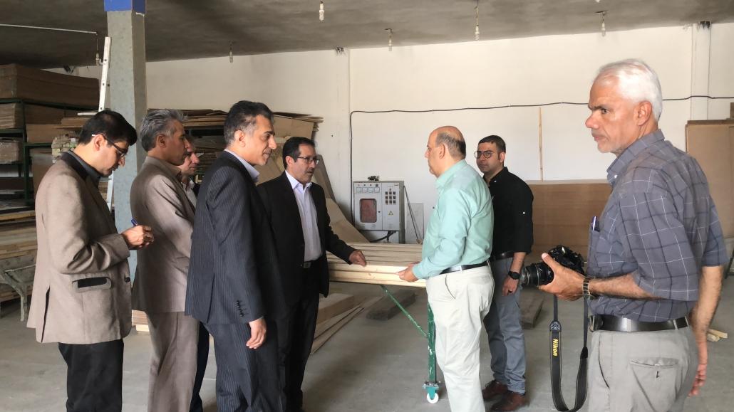 بازدید فرماندار و جمعی از مسئولین شهرستان لارستان از واحد صنایع چوبی کاج لار